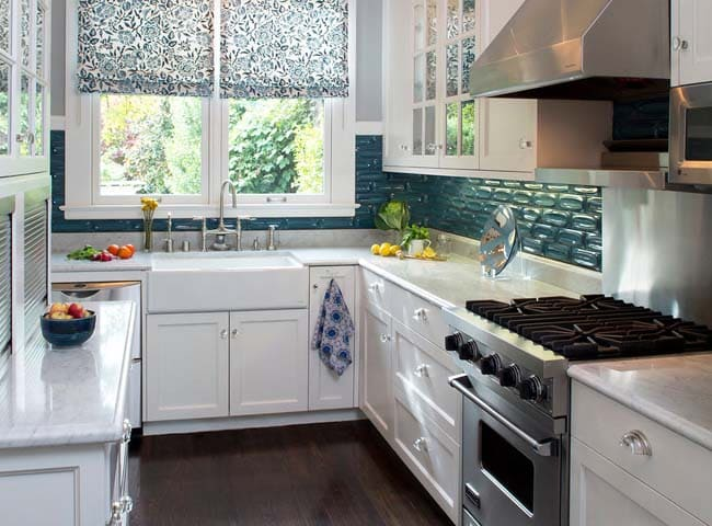 маленькая белая п-образная кухня