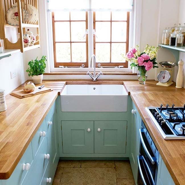 небольшая кухня в форме буквы п