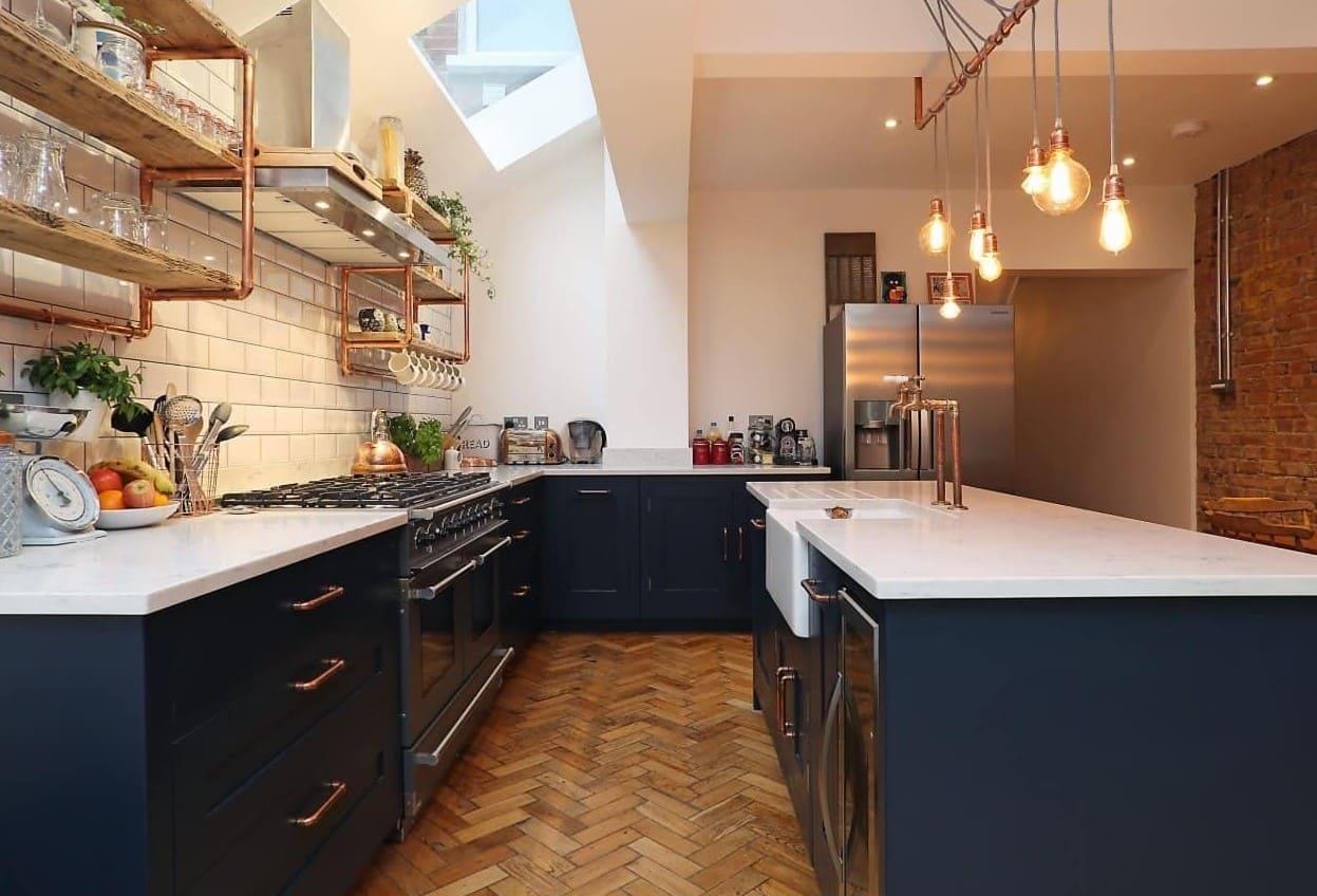 п-образная кухня с полками вместо шкафов