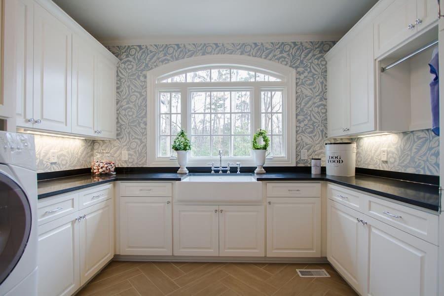 пример п-образной кухни с окном